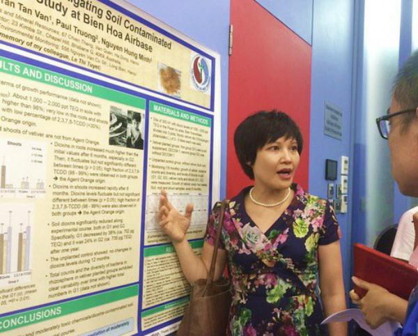 """TS. Ngô Thị Thúy Hường - Viện Khoa học Địa chất và Khoáng sản Việt Nam cùng cộng sự đã chuyên sâu nghiên cứu tác dụng của Vetiver trong phục hồi môi trường bị nhiễm kim loại nặng, dioxin và các chất hữu cơ khó phân hủy. Tiến sĩ đã nhận được giải thưởng nghiên cứu từ chương trình Quan hệ Đối tác Thúc đẩy Tham gia Nghiên cứu (PEER) do USAID tài trợ để thực hiện nghiên cứu """"Sử dụng cỏ Vetiver phục hồi đất ô nhiễm dioxin tại Việt Nam""""."""